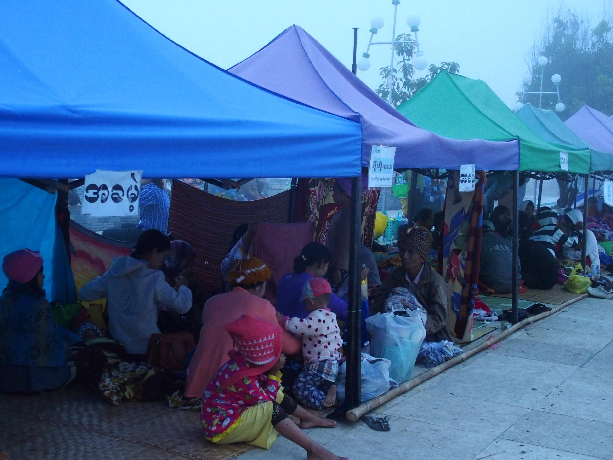 Campements-de-fortune-devant-Rocher-dOr-Myanmar.