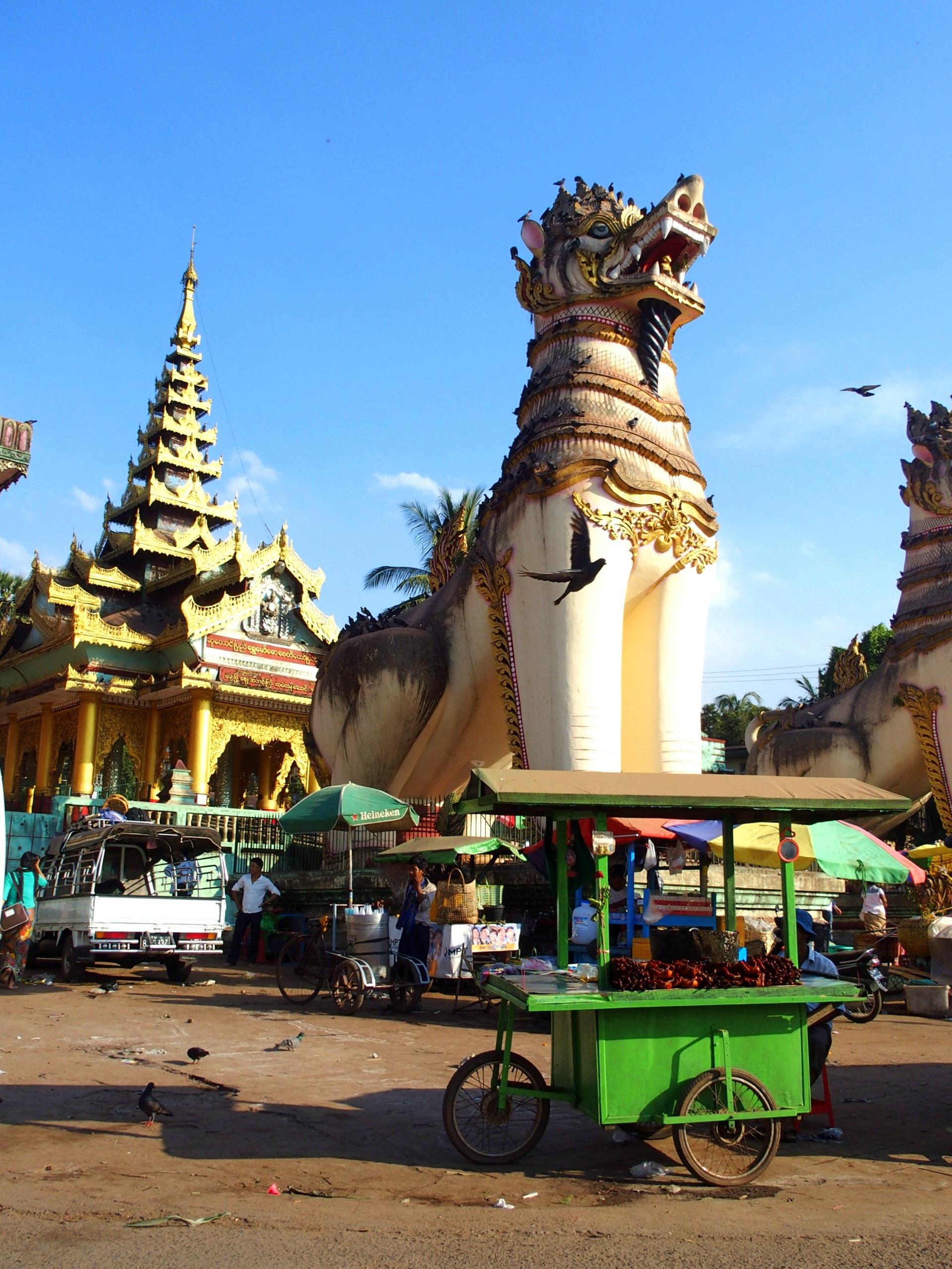 Chinthes entrée pagode Shwemawdaw Bago Birmanie