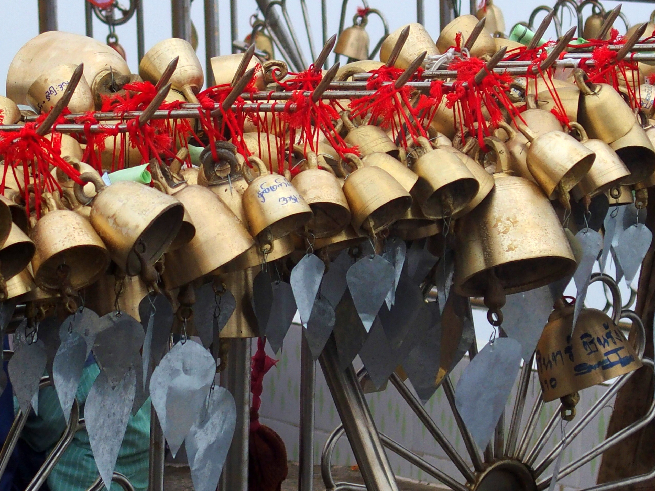 Cloches-dor-accrochées-devant-Rocher-dOr-Myanmar