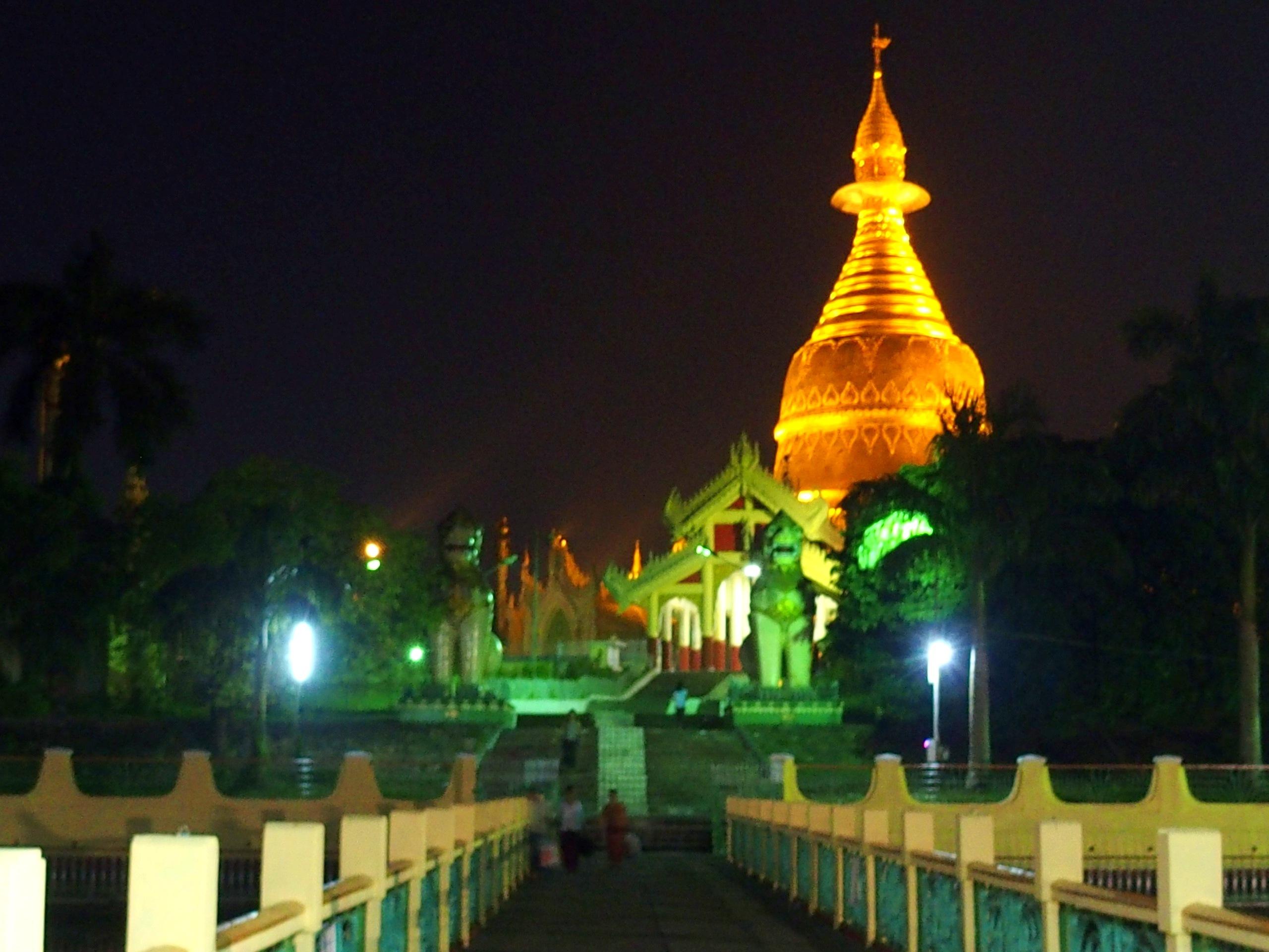 Entrée de la pagode Shwegadon Yangoon Myanmar