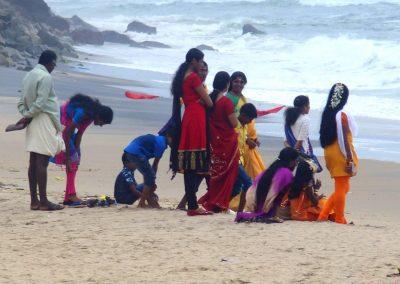 Famille sur la plage de Varkala Inde