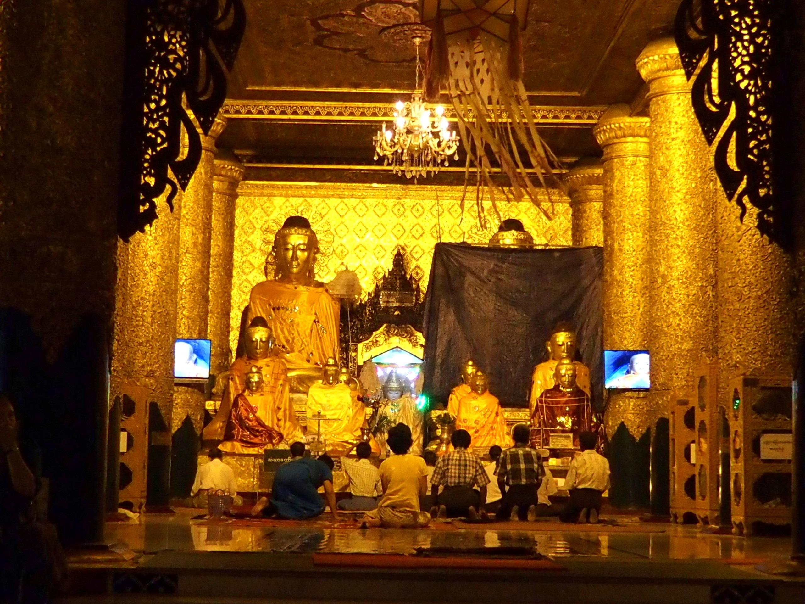Prière des fidèles pagode Shwegadon Yangoon Myanmar