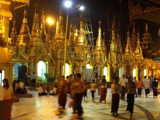 Emotion dans la pagode Shwedagon en Birmanie