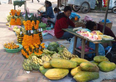 Fruits et offrandes marché Luang Prabang Laos