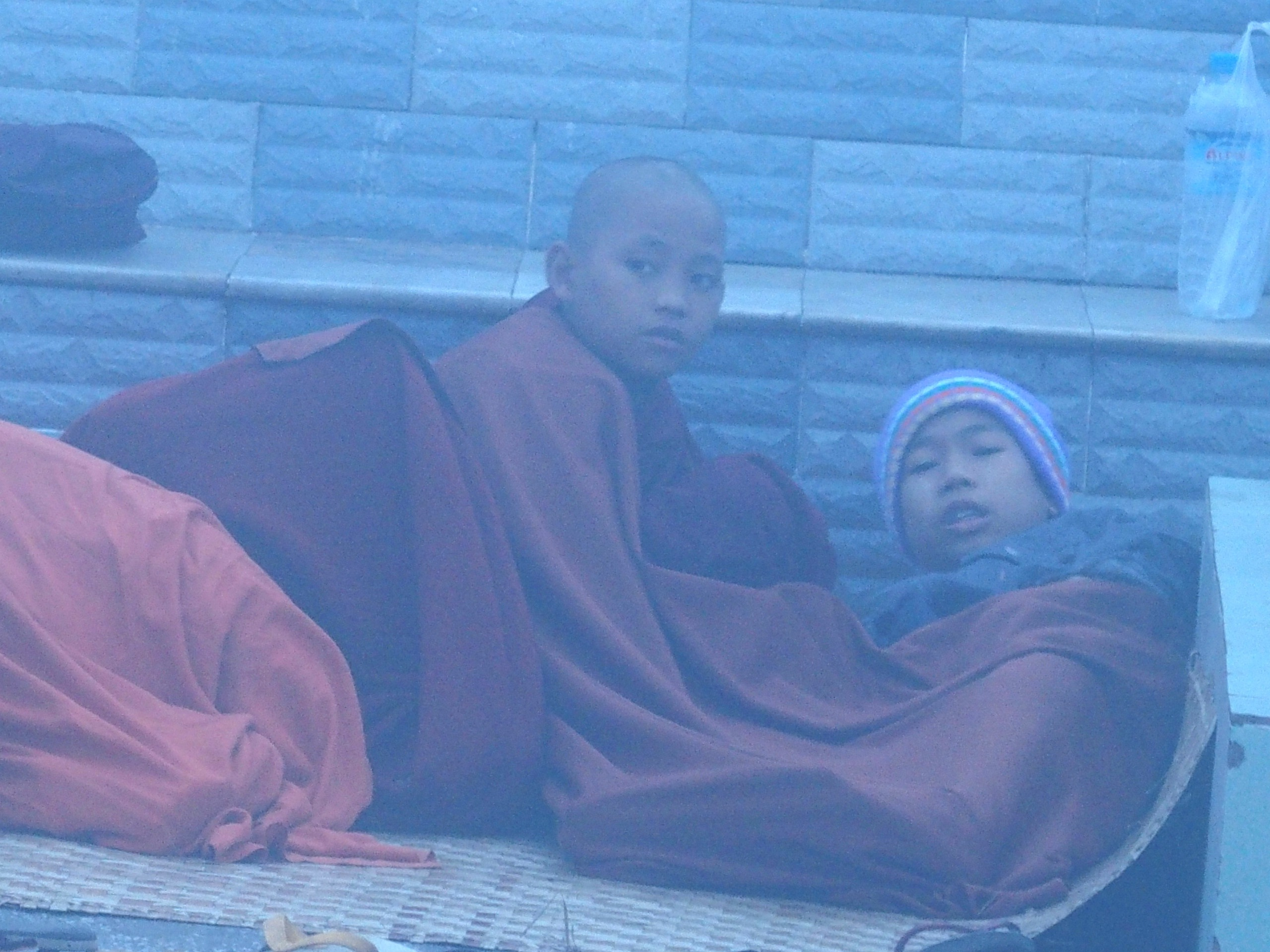 Jeunes-moines-endormis-dans-brouillard-devant-Rocher-dOr-Myanmar