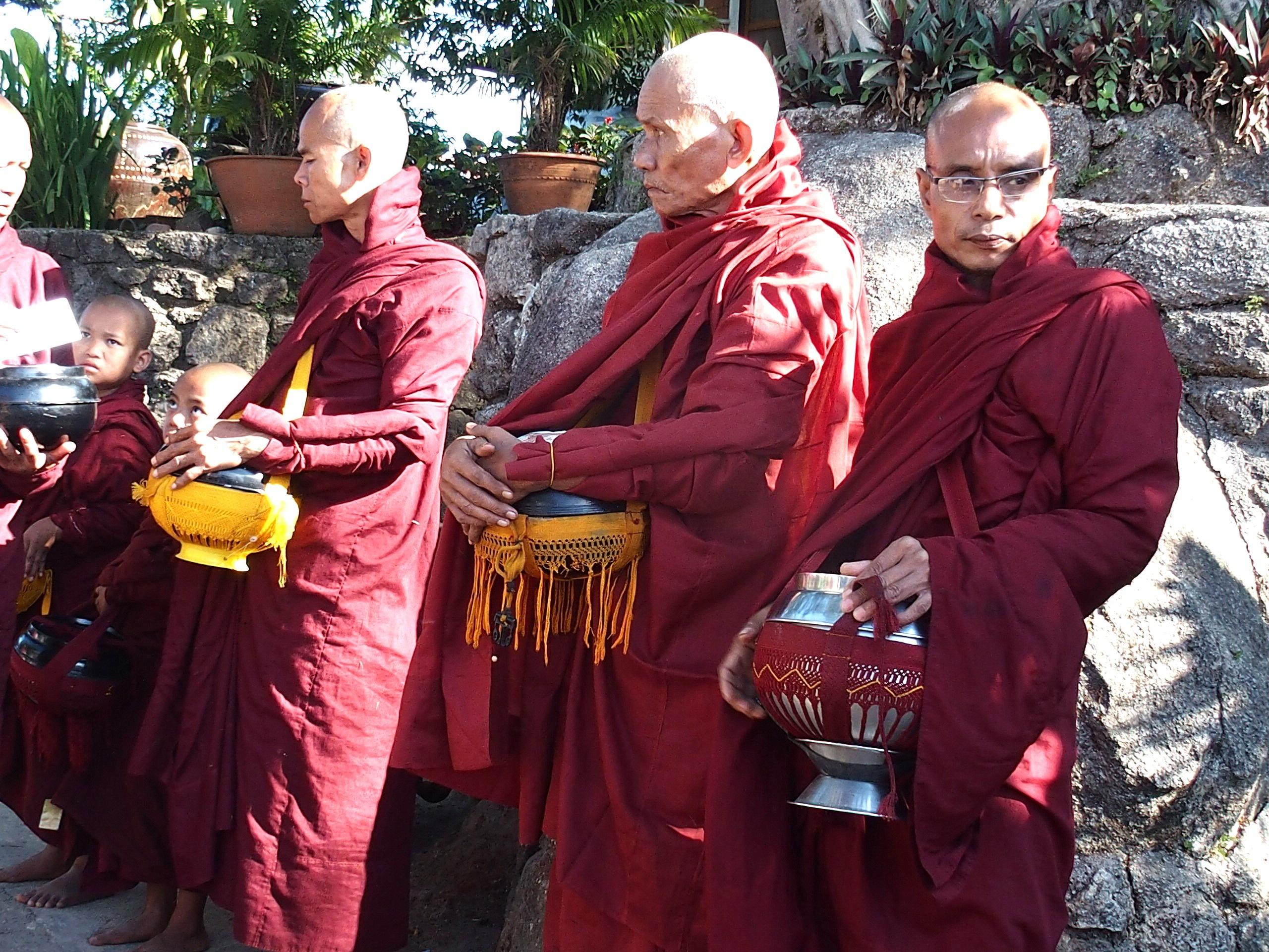 Moines-avec-bols-daumones-Rocher-dOr-Birmanie.