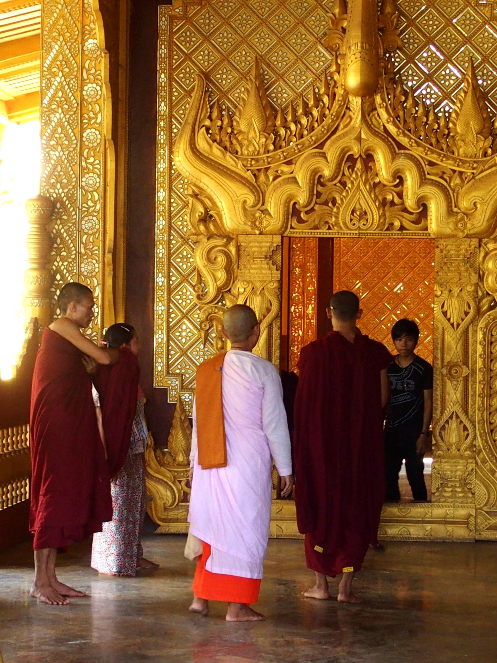 Nonne et moines dans pagode Shwemawdaw Bago Birmanie