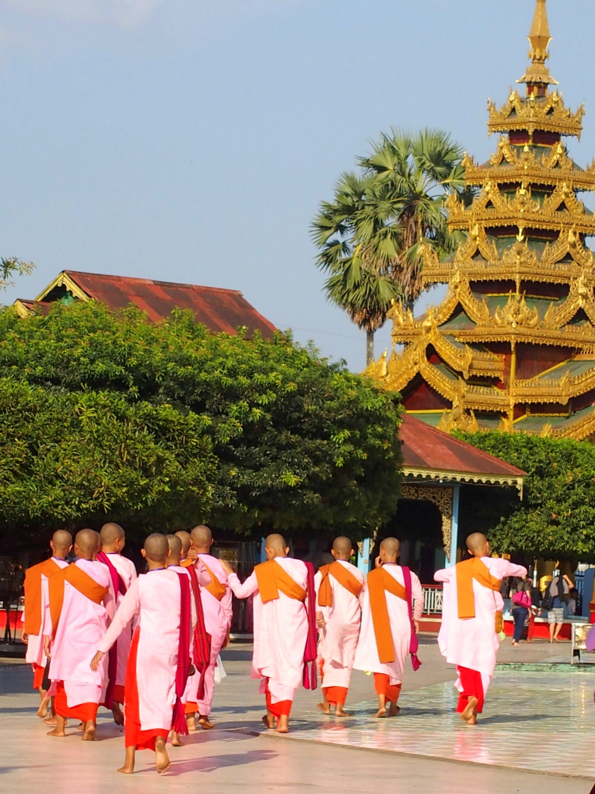 Nonnes qui visitent pagode Shwemawdaw Bago Birmanie.