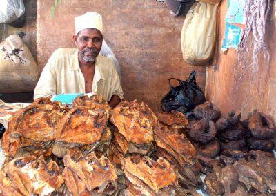 Vendeur de poisson sur le marché de Dar es Salaam en Tanzanie