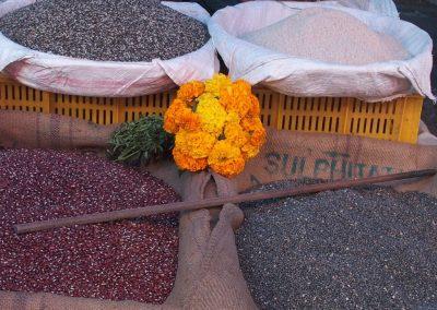 Paniers de riz sur le marché Inde