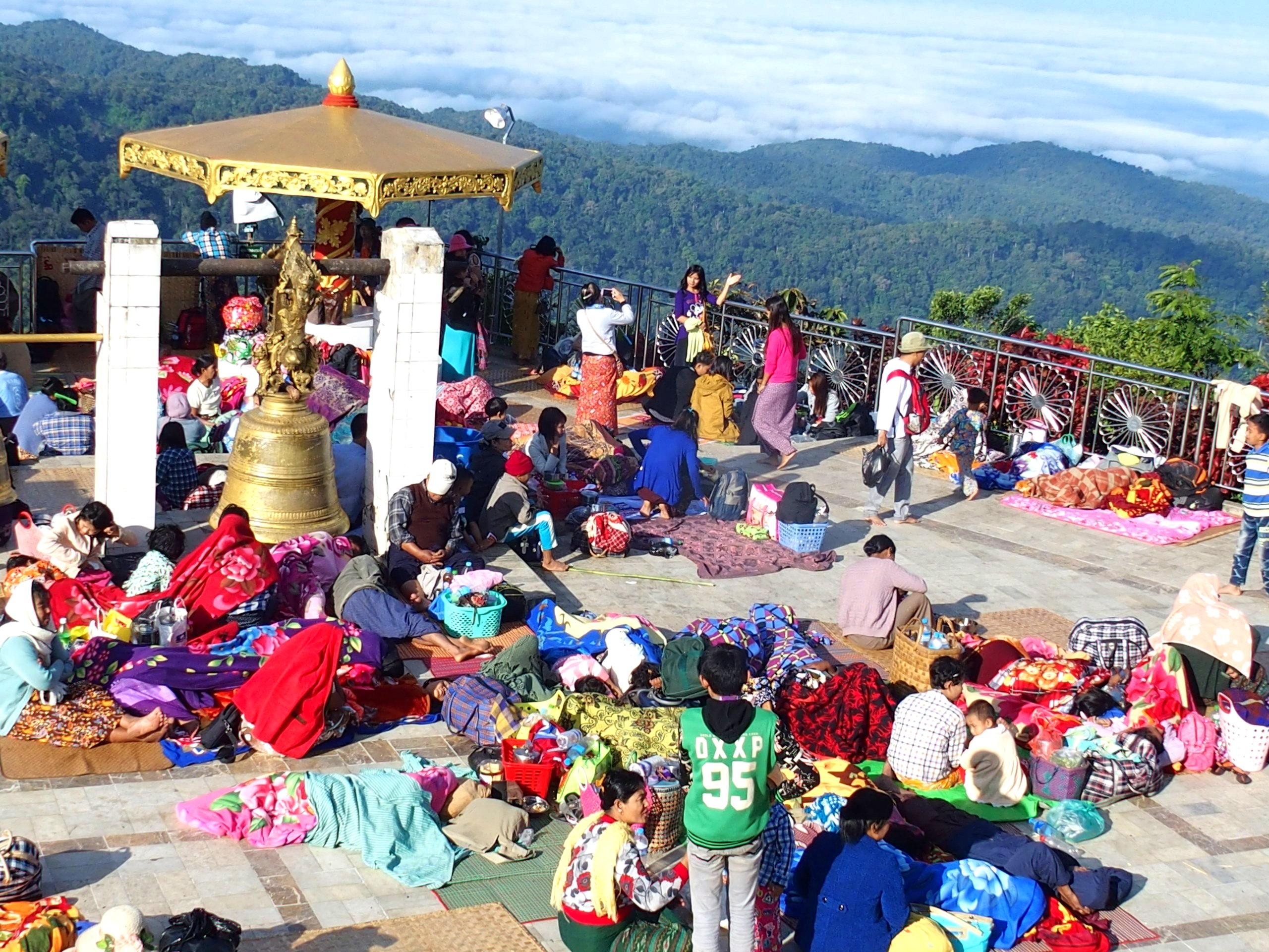 Pèlerins-qui-ont-dormi-face-au-Rocher-dOr-Birmanie