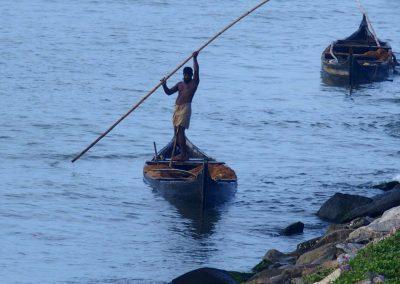 Pêcheur sur sa barque Inde