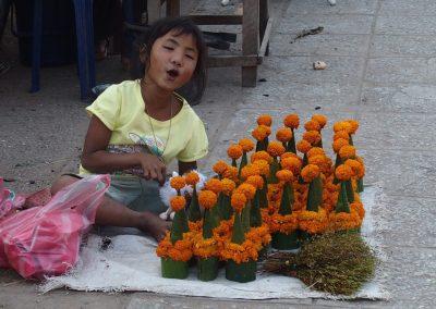 Petite vendeuse d'offrandes marché Luang Prabang Laos