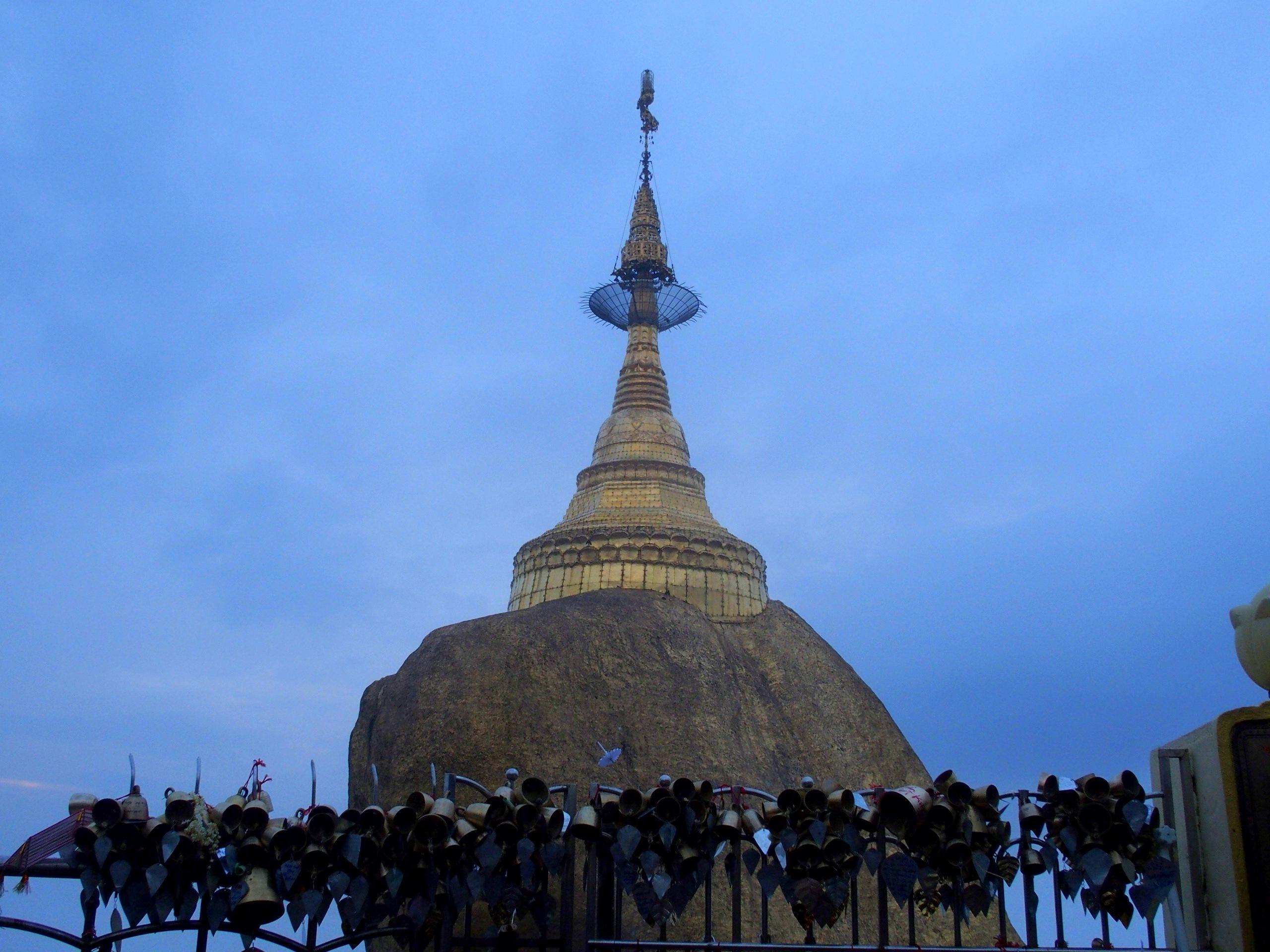 Petites-cloches-dor-devant-Rocher-dor-Myanmar