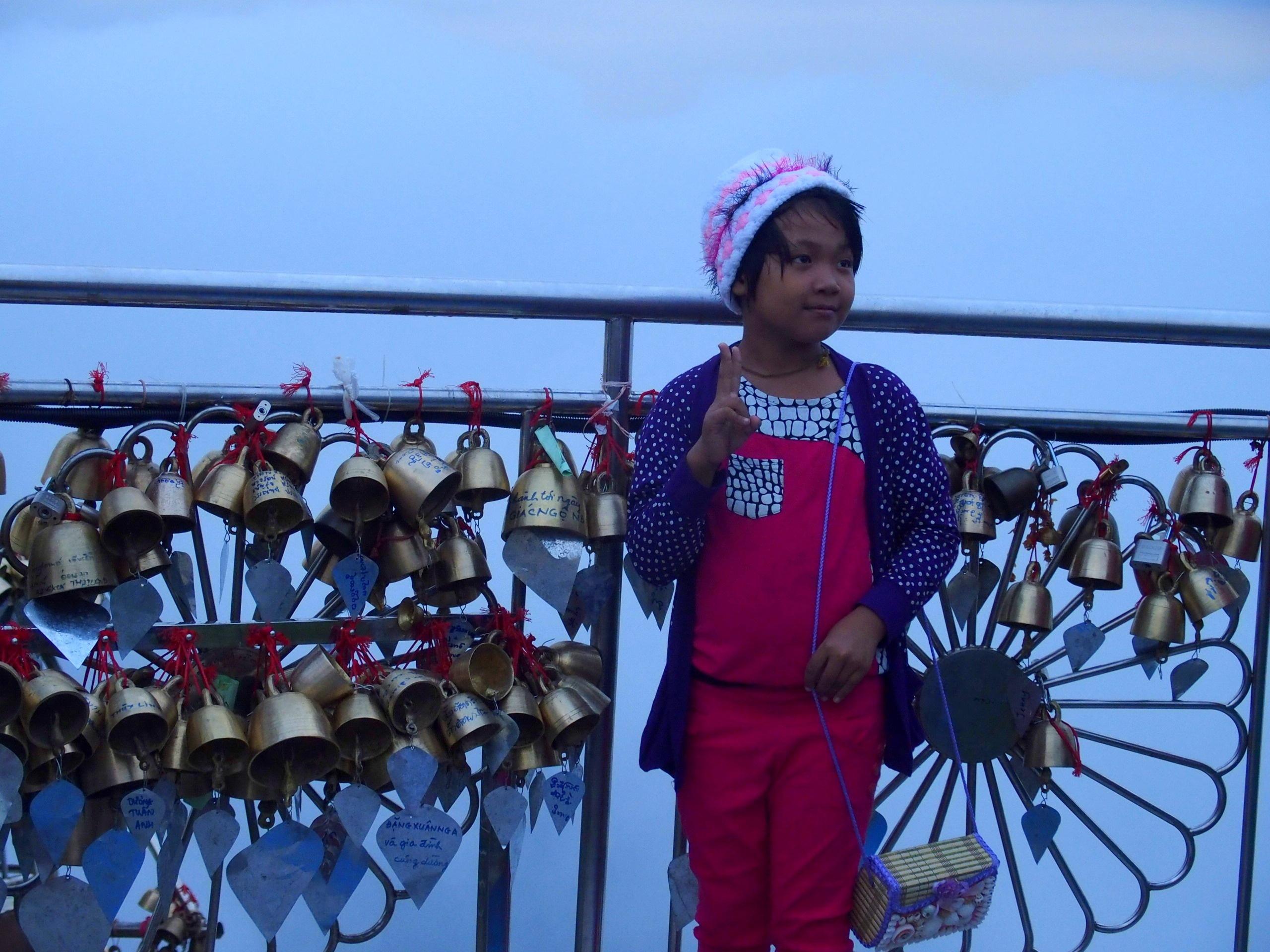 Petites-cloches-porte-bonheur-au-Rocher-dOr-Myanmar