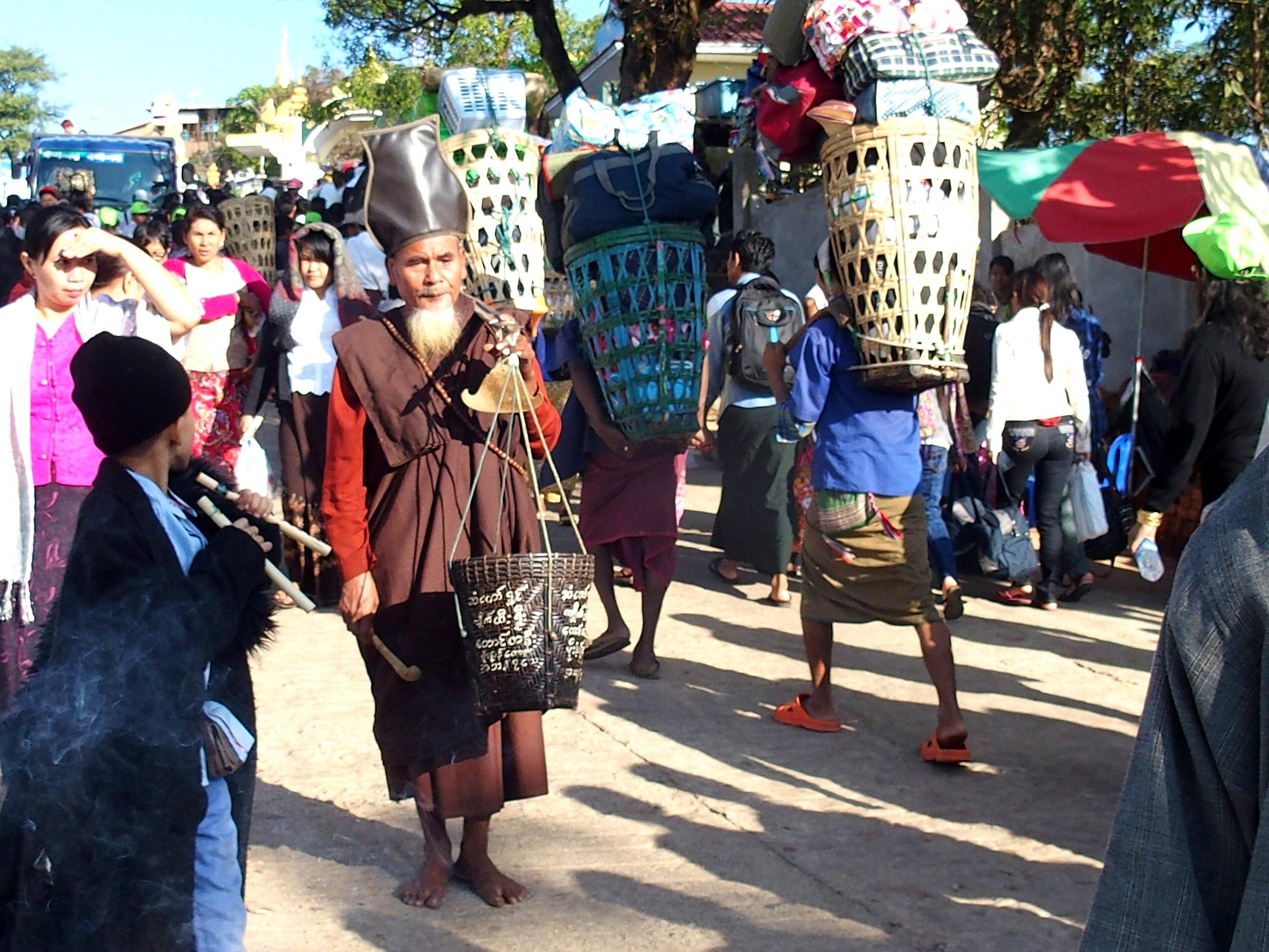 Porteurs de bagage et religieux Rocher d'Or Birmanie