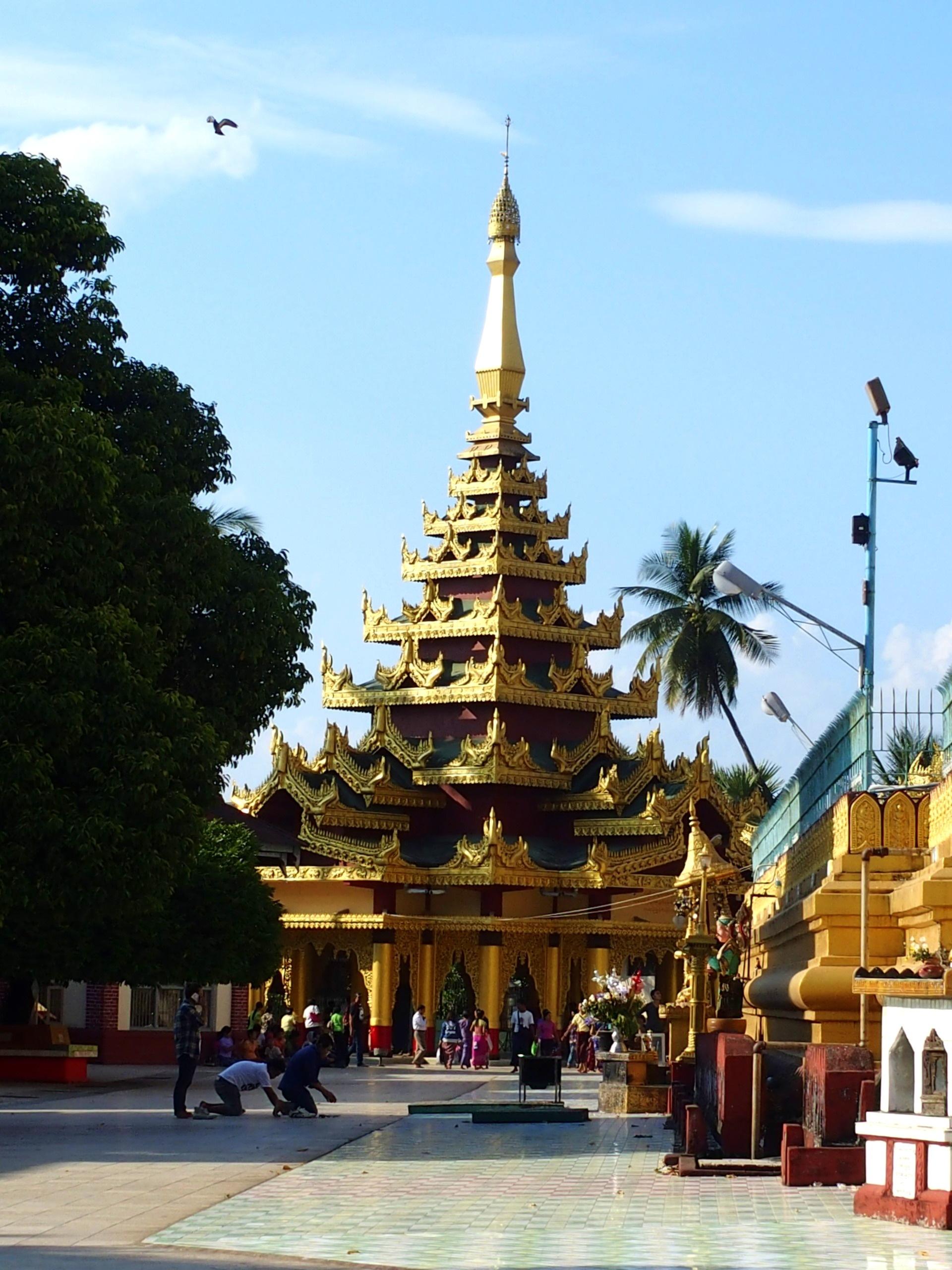 Prière sur le parvis de la pagode Shwemawdaw Bago Birmanie