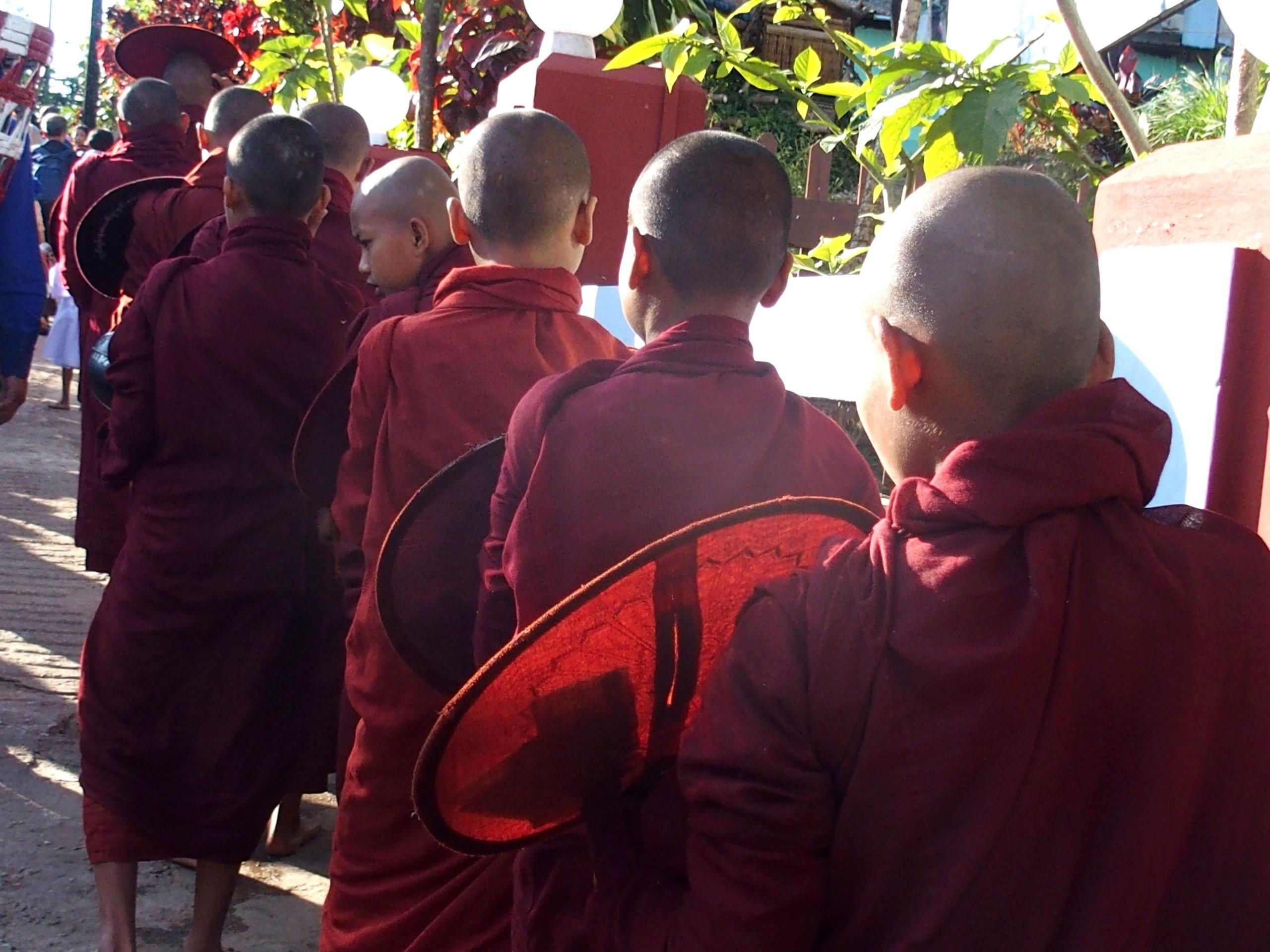 Procession de jeunes moines Rocher d'Or Birmanie