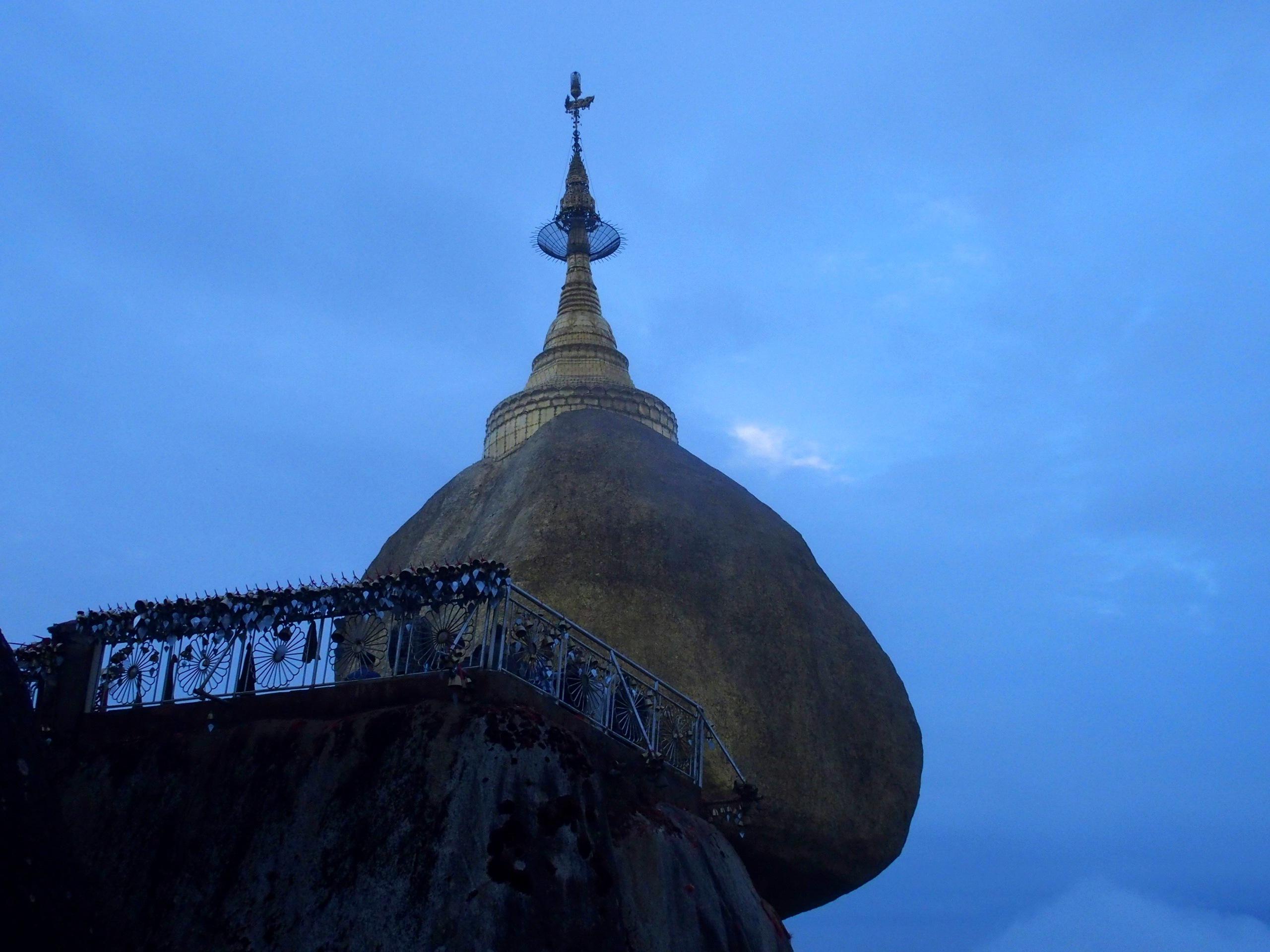 Rocher-dor-dans-brouillard-Myanmar