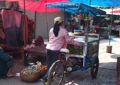 Vente ambulante jus de fruits marché Luang Prabang Laos