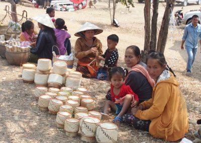 Vente artisanat sur marché sud-Laos