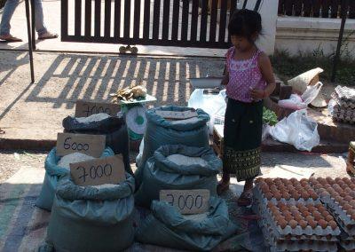 Vente oeufs et riz marché Luang Prabang Laos