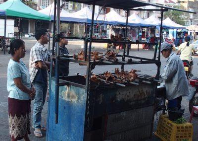 Vente poulets rotis marché Champassak Laos