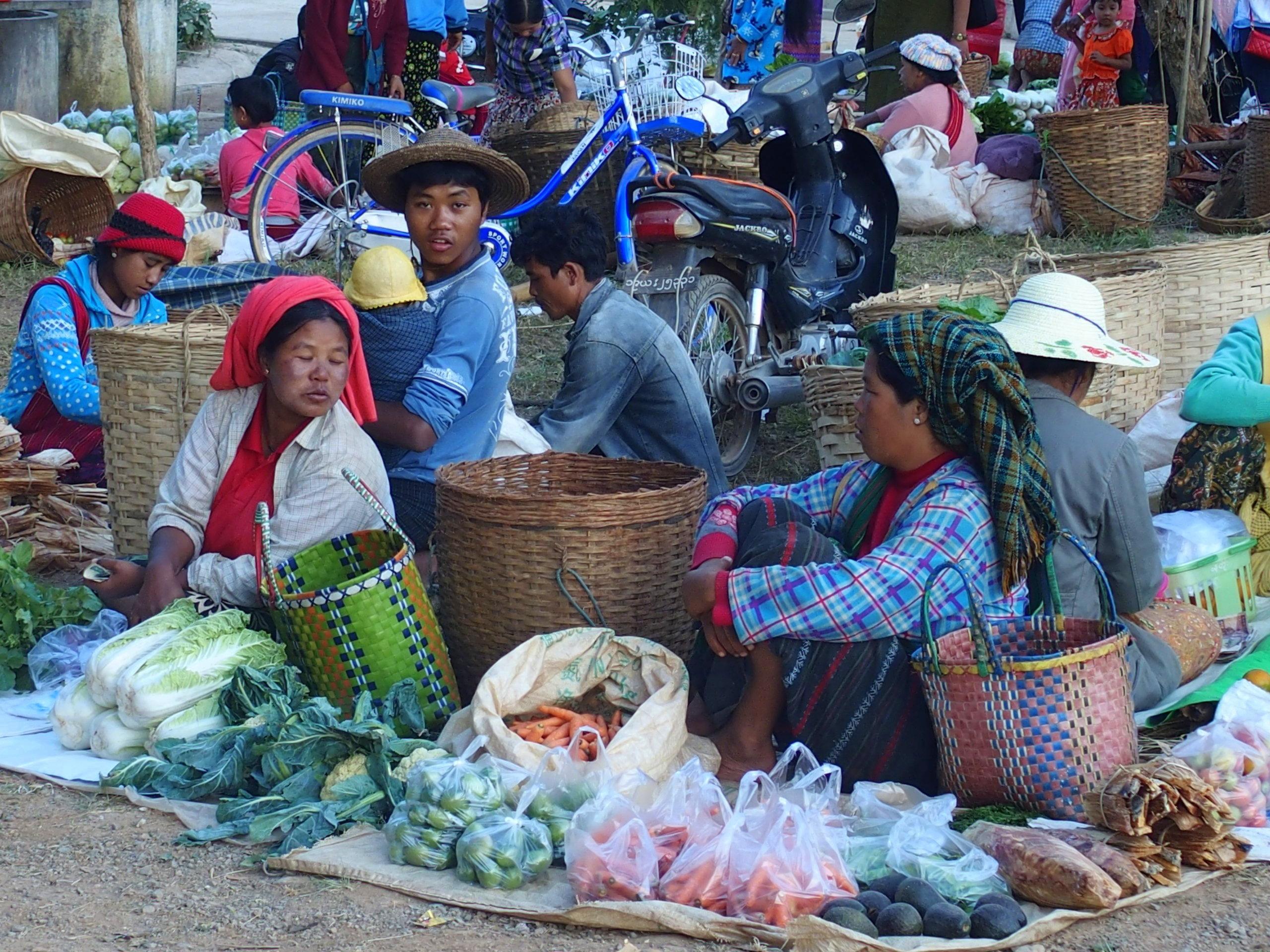 Vente-sur-le-bord-de-la-route-marché-de-Bago-Myanmar