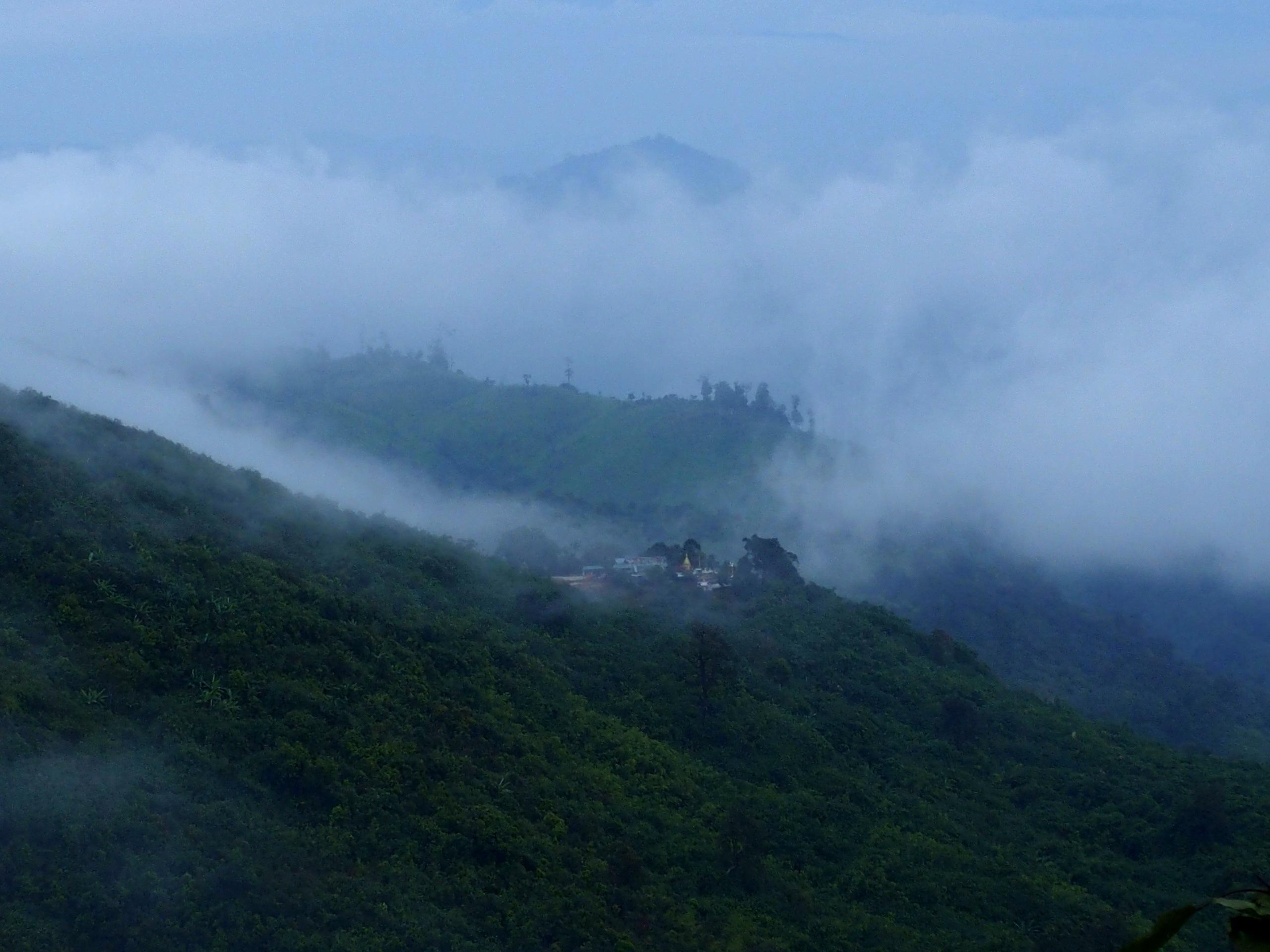 Village-du-Rocher-dOr-dans-le-brouillard-Myanmar