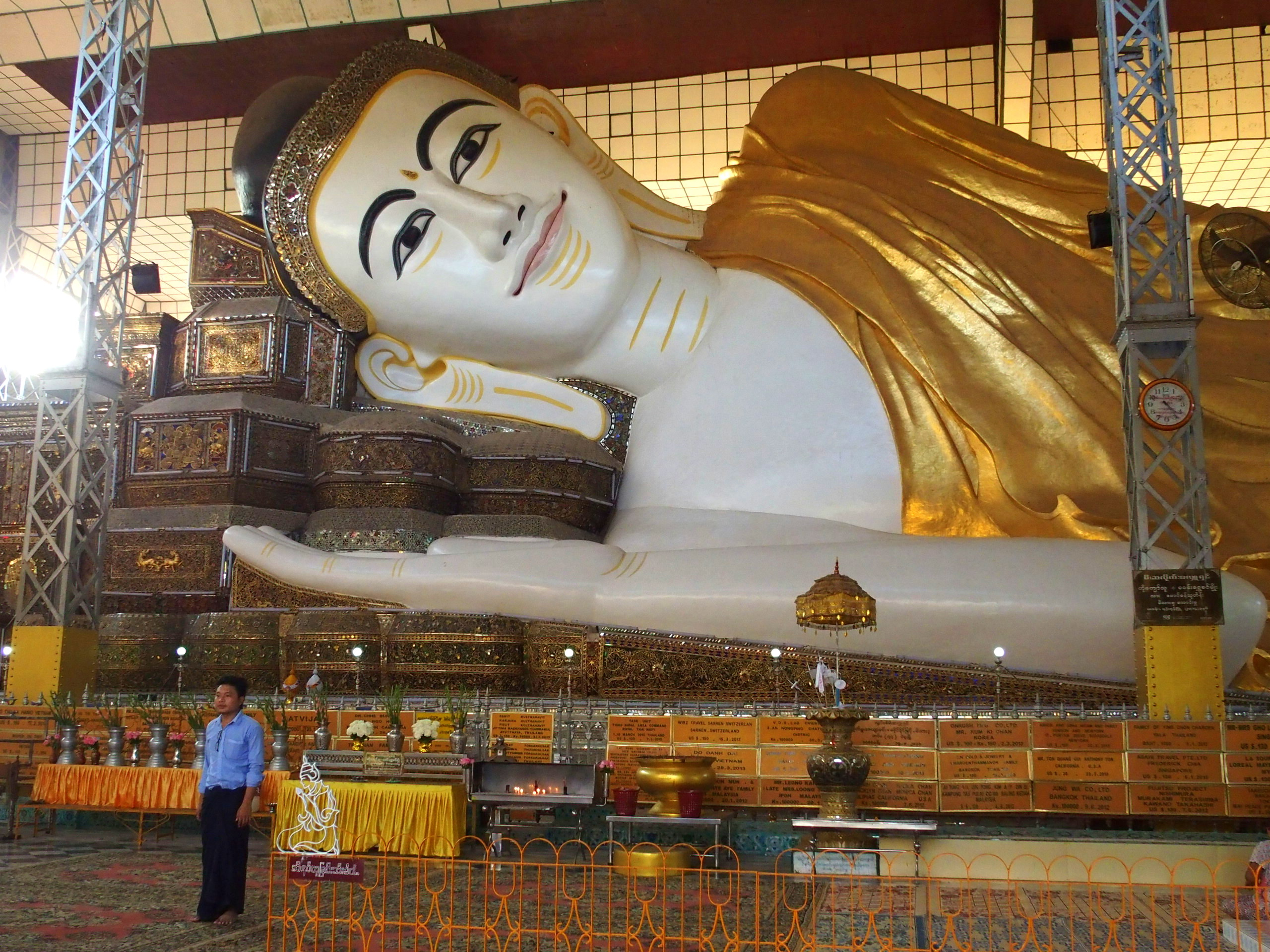 Visage souriant Bouddha couché Shwethalyaung Bago Myanmar