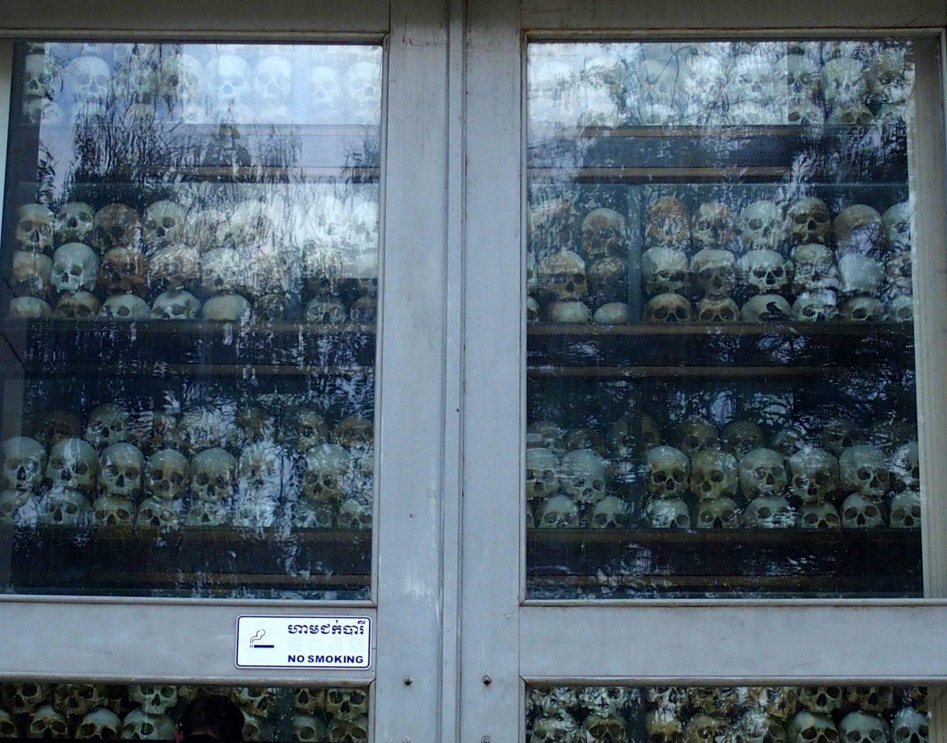 Armoire crânes victimes musée génocide Phnom Penh Cambodge