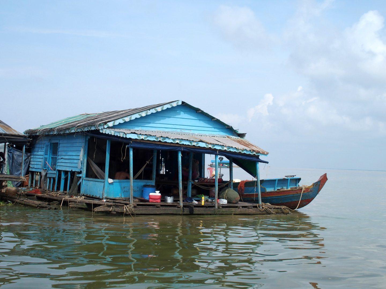 Barque et maison bleues lac Tonle Sap Cambodge