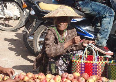 Dame âgée sur marché Birmanie