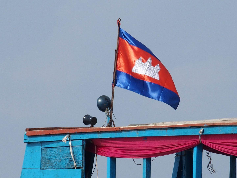 Drapeau cambodgien sur bateau lac Tonle Sap Cambodge