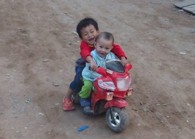 Enfants dans rue Knong Khiaw Laos