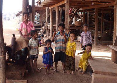 Enfants maisons pilotis Cambodge