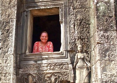Entourée d'apsaras à Angkor Cambodge