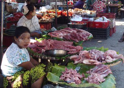 Etal de viandes marché Birmanie