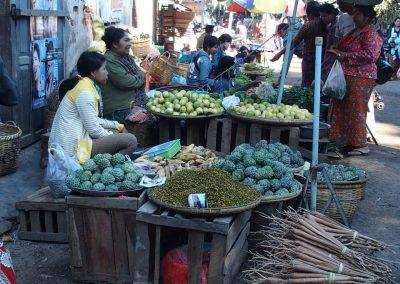 Etal vente fruits et légumes marché Birmanie