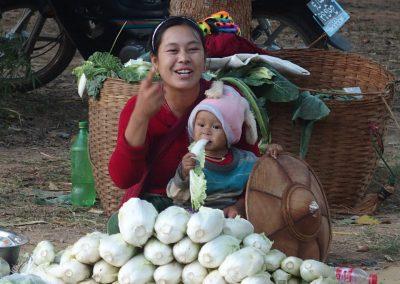 Femme et enfant sur le marché Birmanie