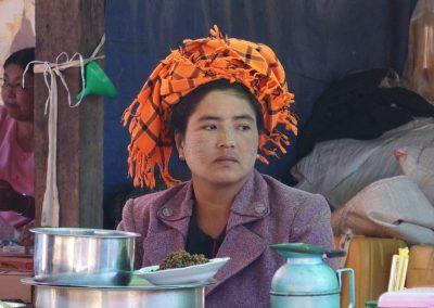 Femme sur un marché de Birmanie