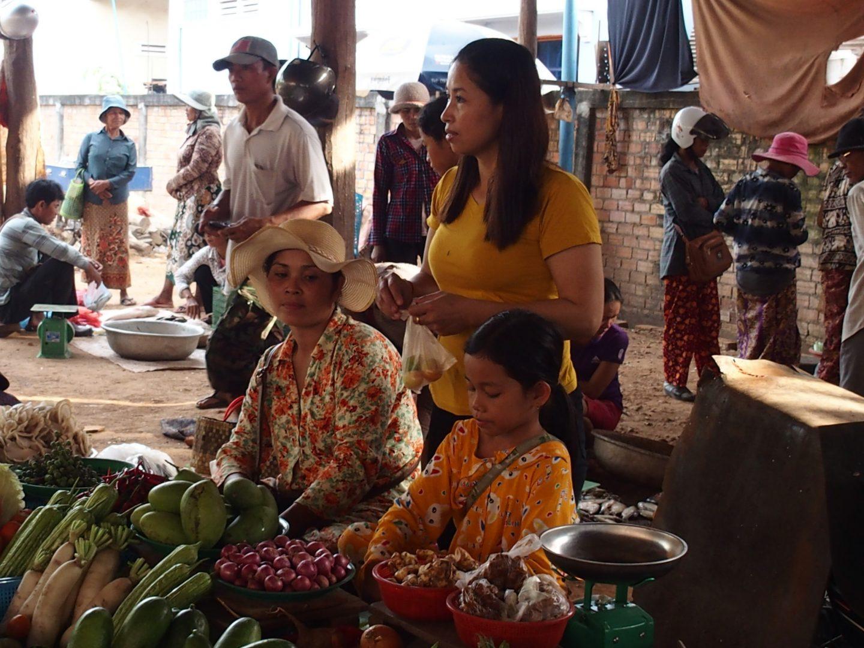 Femmes et fillette sur marché Cambodge