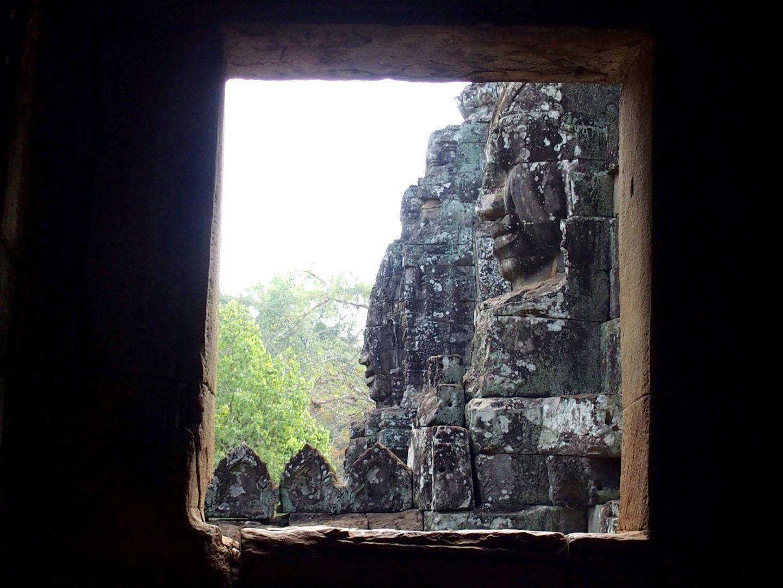 Fenêtre sur statues Bayon temples d'Angkor Cambodge
