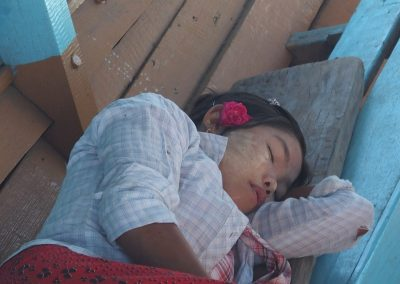Jeune fille endormie Birmanie