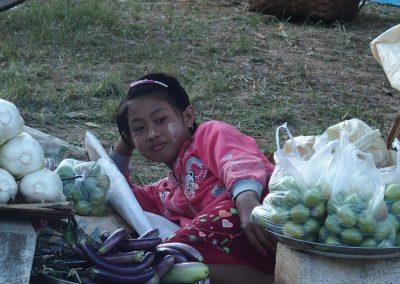 Jeune fille sur marché Birmanie