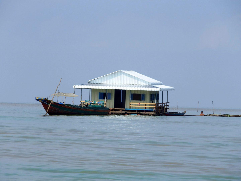Jolie maison flottante lac Tonle Sap Cambodge