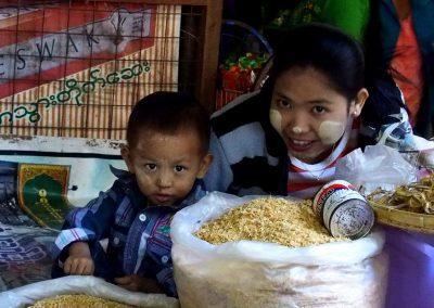 Jolis regards sur marché Birmanie