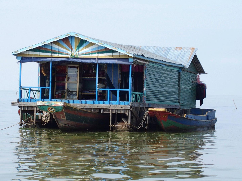 Maison flottante et barques lac Tonle Sap Cambodge
