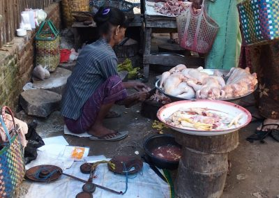 Marchande de poulets marché Birmanie