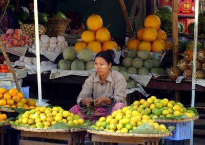Marchande fruits marché Birmanie
